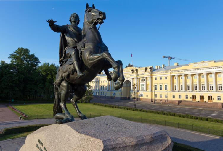Памятник Петру I на Сенатской площади в Санкт-Петербурге работы скульптора Фальконе