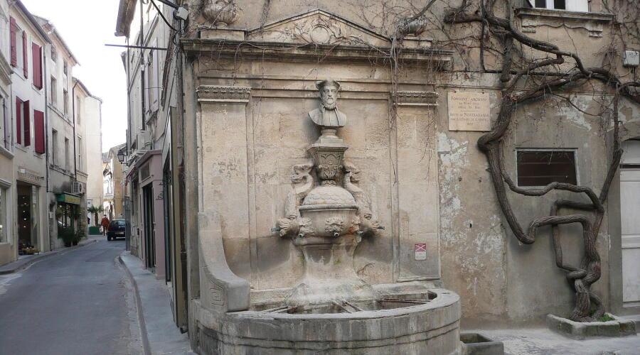 Фонтан Нострадамуса в Сен-Реми-де-Прованс