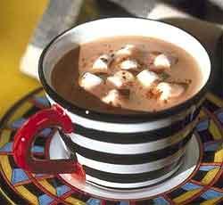 Горячий шоколадный суп с кубиками зефира