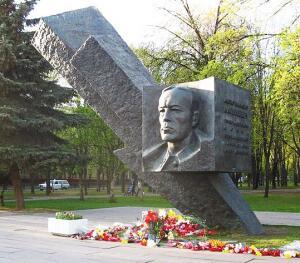 Памятник в Москве на бульваре генерала Карбышева
