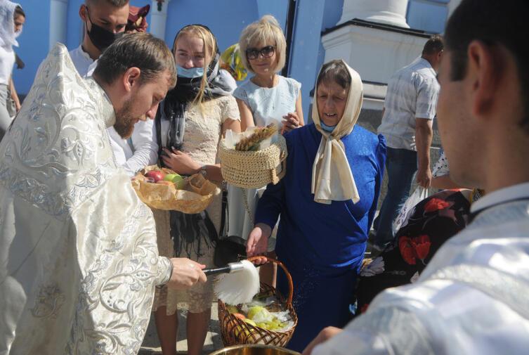 Освящение корзин с фруктами во время празднования Яблочного Спасителя (Преображения Господня) возле Михайловского собора, Киев, 19 августа 2020 г.
