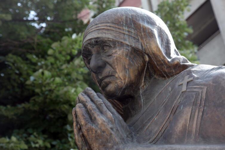Памятник матери Терезе в Скопье, Македония