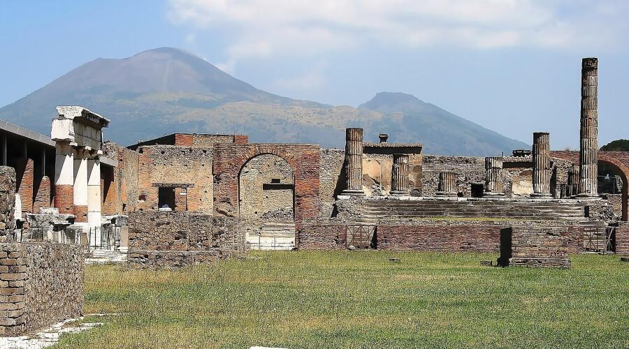 Руины храма Юпитера на фоне грозного Везувия