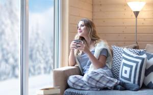 Чашка горячего кофе или чая не только согревает человека, но и стимулирует его на проявление позитивных эмоций