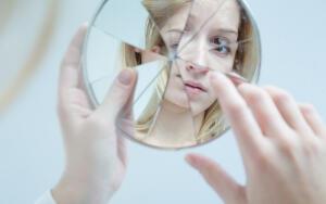 Почему нельзя смотреться в разбитое зеркало?