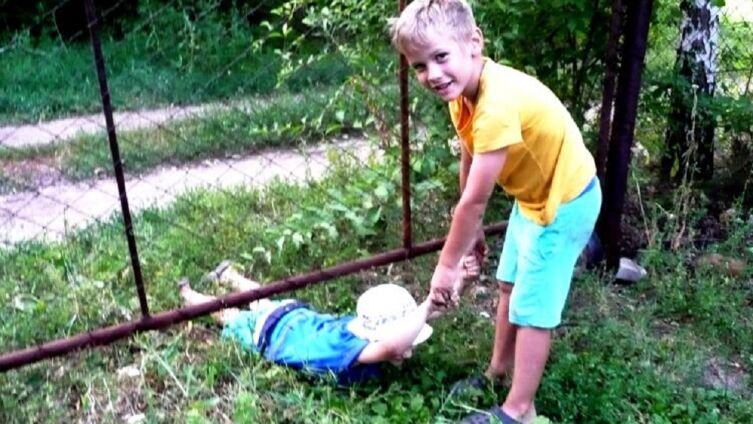 Даня вытаскивает Сашка из-под ворот