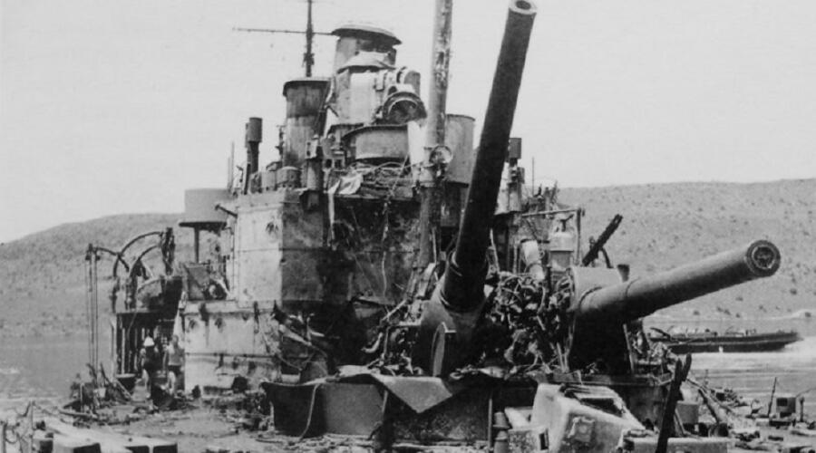 Разрушенные орудийные башни тяжелого британского крейсера «Йорк» (HMS York).<br /> 25.03.1941 г. крейсер был подорван в бухте Суда у Крита начиненными взрывчаткой катерами итальянской 10-ой флотилии MAS