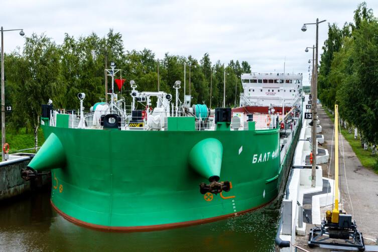 Большое грузовое судно вошло в шлюз Беломорско-Балтийского канала