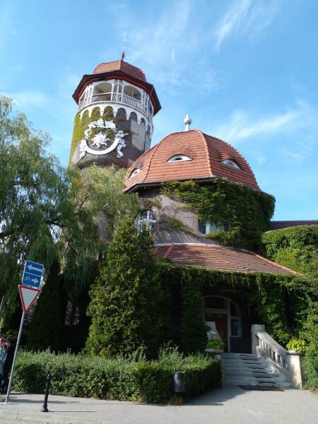 Водонапорная башня с солнечными часами