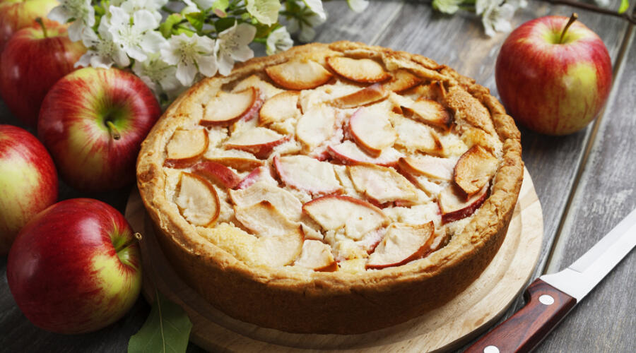 Как приготовить из яблок вкусную шарлотку?