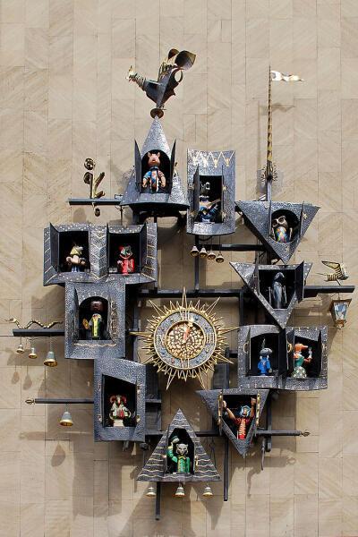 Знаменитые часы на стене театра Кукол в Москве