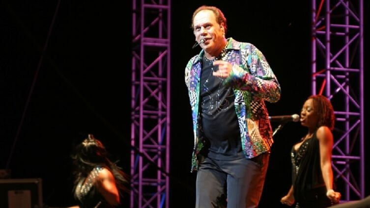 Гарри Уэйн Кейси (KC) из KC & The Sunshine Band, выступающий в выставочном комплексе Del Mar CA, первая половина XXI века