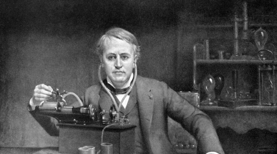 Томас Эдисон у фонографа