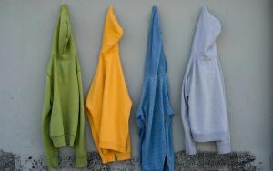 Модный словарь. Чем свитшот, лонгслив и худи отличаются от обычного свитера?