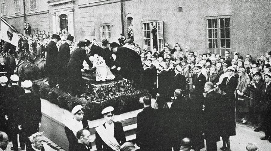 Похороны Дага Хаммаршёльда. Гроб с его телом помещают на катафалк. 29 сентября 1961 г.