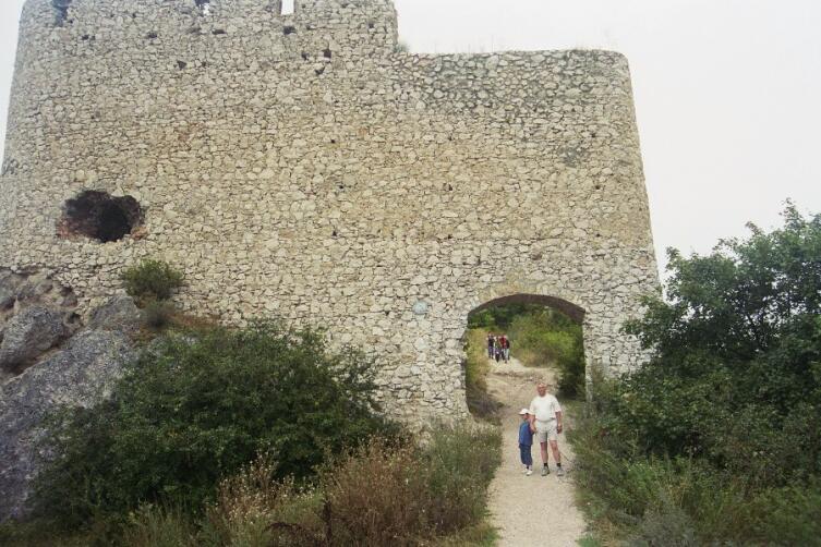 Въездные ворота Чахтицкого замка