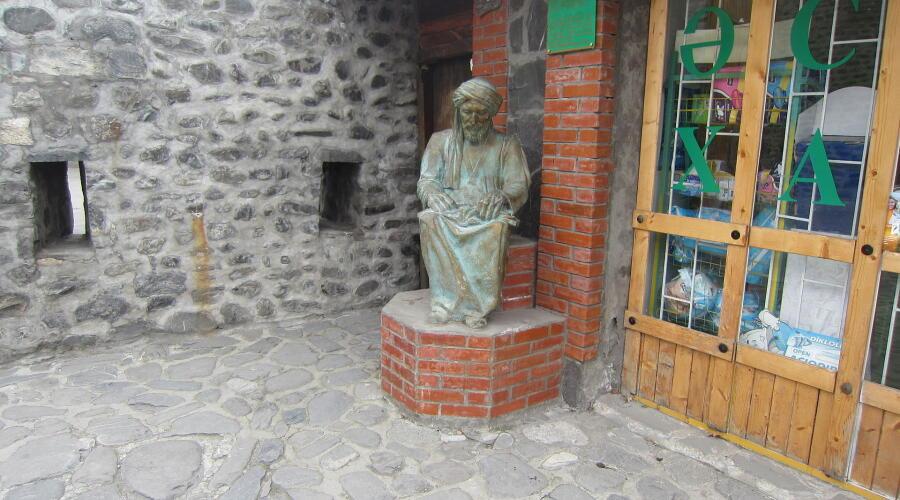 Монумент Авиценне в Гахе, Азербайджан