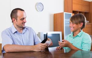 Нужно ли давать деньги ребенку на карманные расходы?
