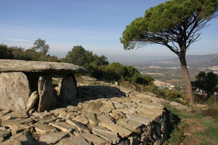 Дольмен у города Росес, провинция Жирона, Испания, 3000—3500 гг. до н. э.