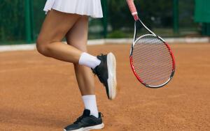 Почему теннисисты стучат по обуви ракеткой?