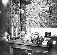 Кабинет А.П.Чехова в доме писателя в Ялте. Над столом картина И.Левитана «Река Истра».