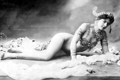 Мата Хари являлась публике в образе восточной принцессы, храмовой танцовщицы и жрицы любви культа Шивы.