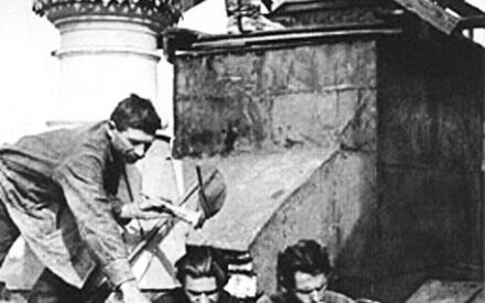 Рабочие читают журнал «Безбожник у станка». Фото 1927г.