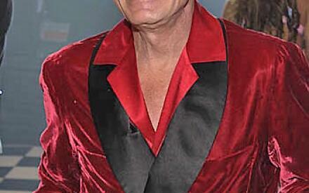 Издатель нередко появляется на публике в пижаме.
