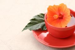 «Каркаде» – это разновидность чая, который изготавливают из чашечек цветков растения гибискус, называемого также каркаде.