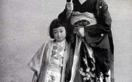 Семилетняя Минеко с мамой в Гионе. 1956 год.