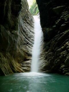 Свирский водопад со всех сторон окружен стенами каньона