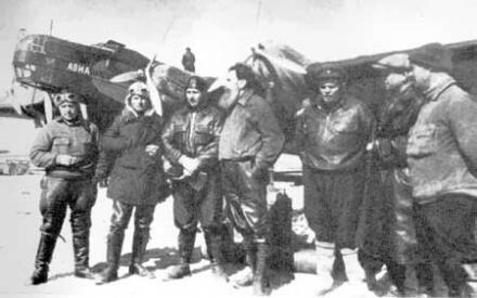 Участники воздушной экспедиции на Северный полюс. Слева направо И.Т. Спирин, М. И. Шевелев, М. С. Бабушкин, О. Ю. Шмидт, М. В. Водопьянов, А. Д. Алексеев, В. С. Молоков.