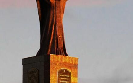 Памятник Николаю Чудотворцу в Анадыре.