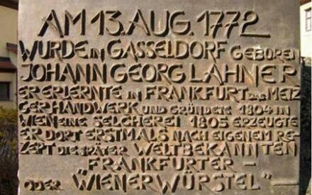 Бронзовая табличка с описанием истории сосисок на памятнике Ланеру