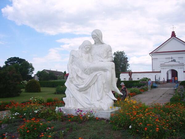 Изваяние Богоматери, оплакивающей снятого с креста Иисуса