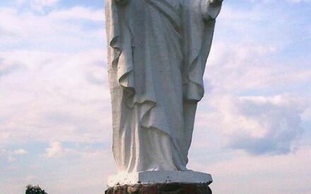 Пятиметровая статуя Христа на мосарском кладбище