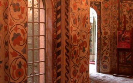 Северная галерея и портал церкви святых Киприана и Иустины. Покровский собор, храм Василия Блаженного на Красной площади, Москва.