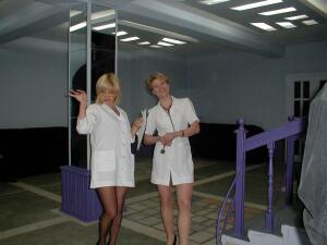 Медсёстры осматривают парней