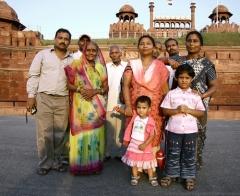 Как правило, индийцы живут большой семьей из трёх-четырех поколений и ведут совместное хозяйство.