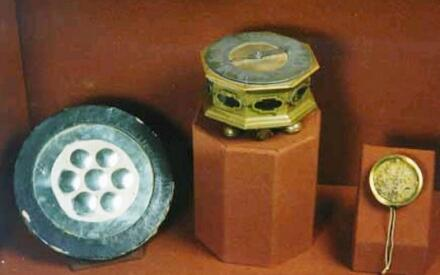 Предметы из коллекции Петра I. Зеркало с линзами, настольные часы и механический шагомер
