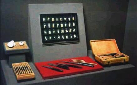 Комплектов хирургических инструментов Петра; часть коллекции удаленных им зубов; анатомические модели человеческих глаза и уха, вырезанные Петром из слоновой кости.