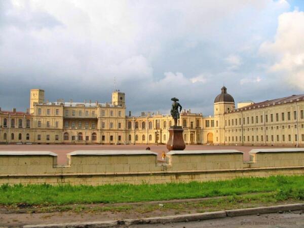 Большой дворец, плац и памятник Павлу I