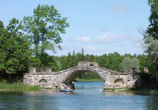 Горбатый мост в парке Гатчины