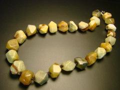 Бусы из оникса лечат затяжной кашель, болезни дыхательной системы и – внимание всем, кто боится стоматологов! – зубы!