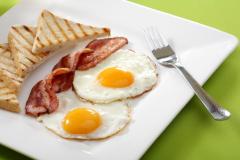 Вредно не только употреблять значительное количество продуктов, богатых холестерином, но и злоупотреблять белковой пищей.