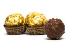 Настоящие гурманы точно знают, что сусальным пищевым золотом уже давно украшают сладкие десерты, делают с ним конфеты и к тому же пьют!