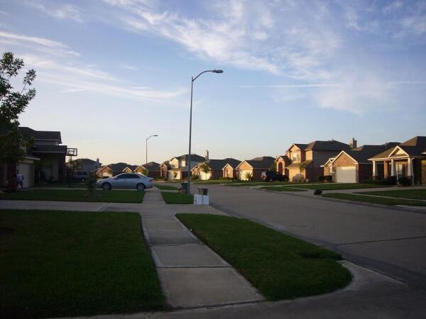 Улица типичного жилого района— «деревни»