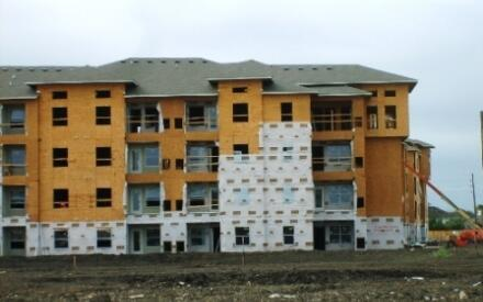 Также строят и многоквартирный жилой комплекс.