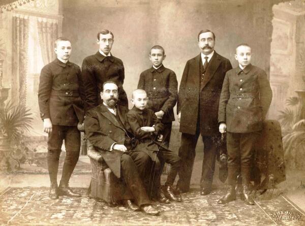 А.Н. Заусайлов. Сидит. Крайний слева