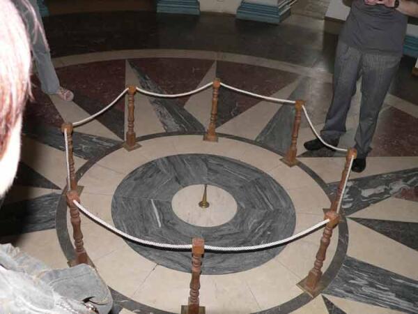 Знак в центре Круглого зала — через него проходит Пулковский меридиан. Фото Сергея Воробьева.